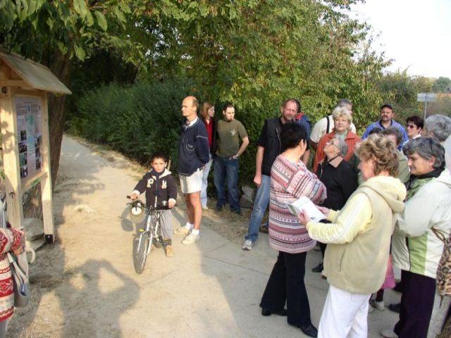 A Mátyásfa Környezetvédő Egyesület kismarosi tanösvényeket bemutató táblájának avatója a kismarosi Duna-part melletti kerékpárút Duna utcai szakaszánál 2006. Október 21-én.